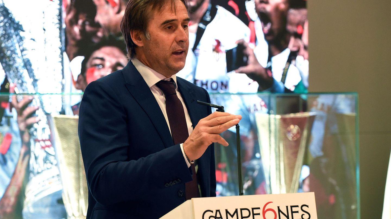 Lopetegui, en los tracionales actos tras ganar un trofeo en Sevilla. (EFE)