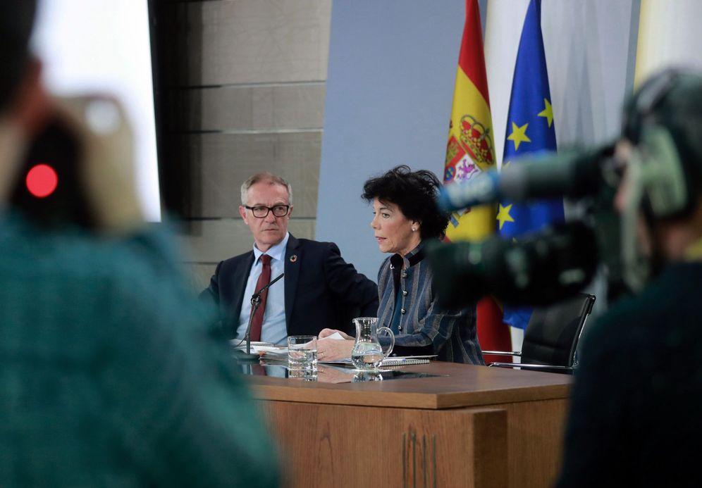 Foto: Isabel Celaá, con el ministro de Cultura y Deporte, José Guirao, este 1 de febrero en la Moncloa. (EFE)