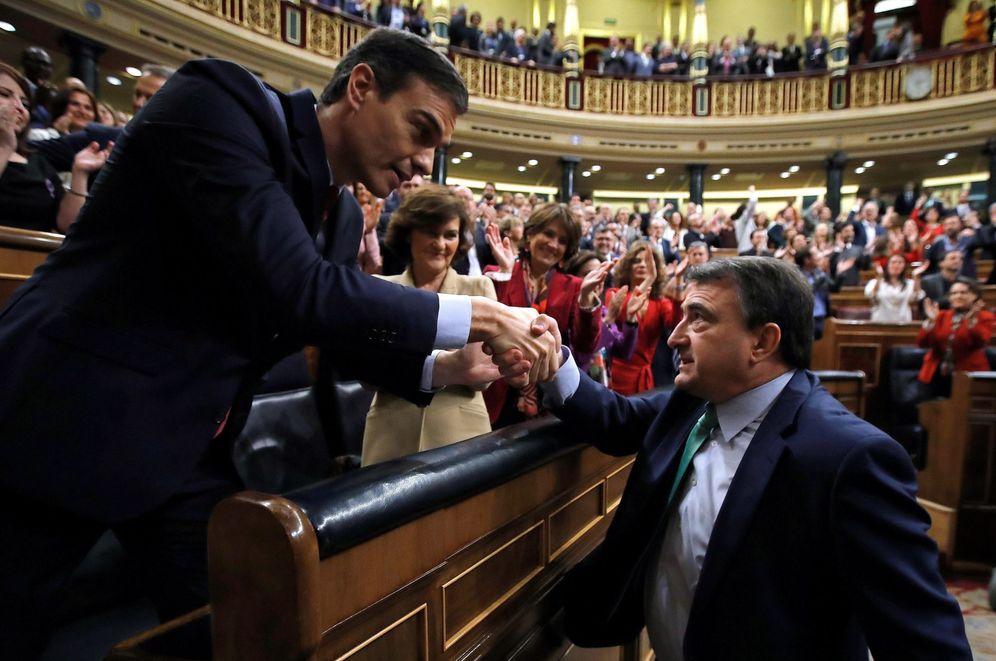 Foto: Aitor Esteban, portavoz del PNV, felicita a Pedro Sánchez tras su investidura, el pasado 7 de enero en el Congreso. (EFE)