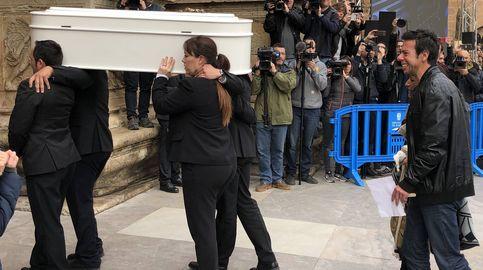 Cientos de personas a las puertas de la catedral de Almería para despedir a Gabriel