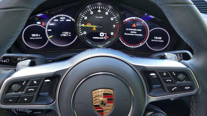 Incluye el clásico cuadro de cinco relojes de Porsche.