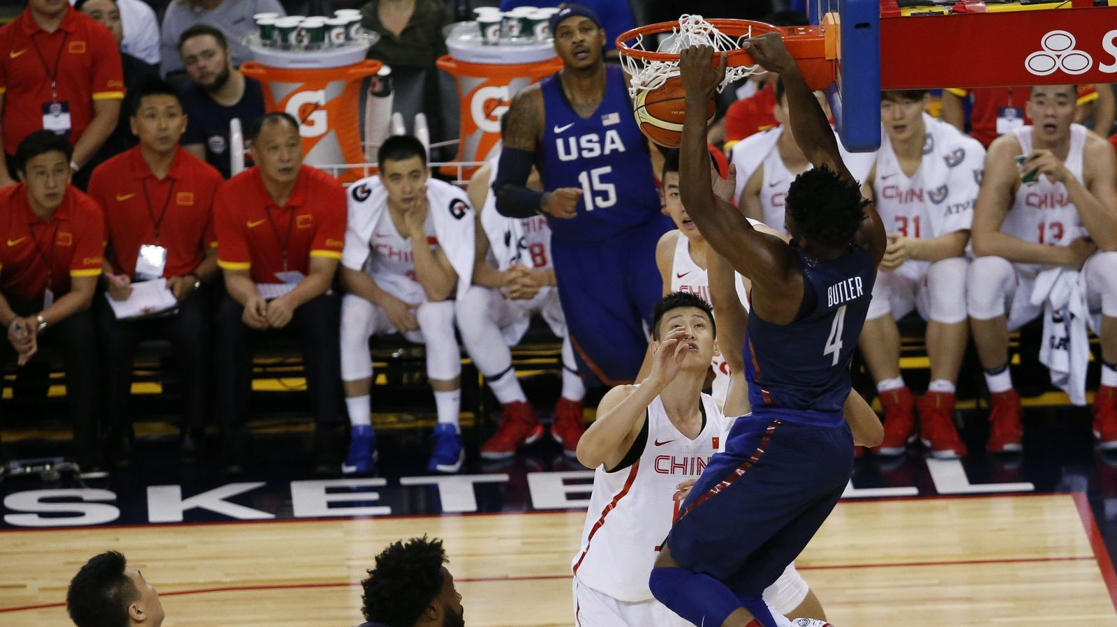 Foto: Jimmy Butler frente a China. (John G. Mabanglo/EFE)