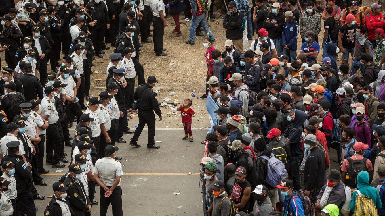 Siguen los enfrentamientos entre la caravana de migrantes y la Policía de Guatemala