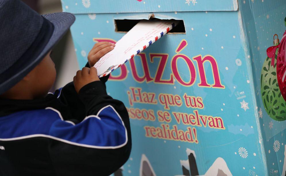 Foto: Un niño echa al buzón una carta para los Reyes Magos. (EFE)