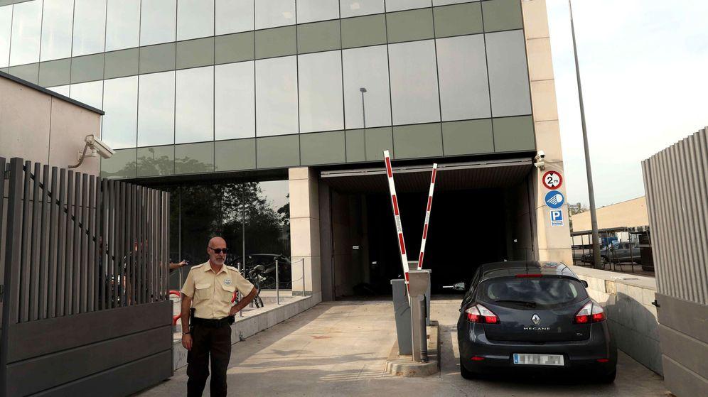 Foto: Agentes de la Guardia Civil han acudido esta mañana al Centro de Telecomunicaciones y Tecnología de la Información de la Generalitat. (EFE)