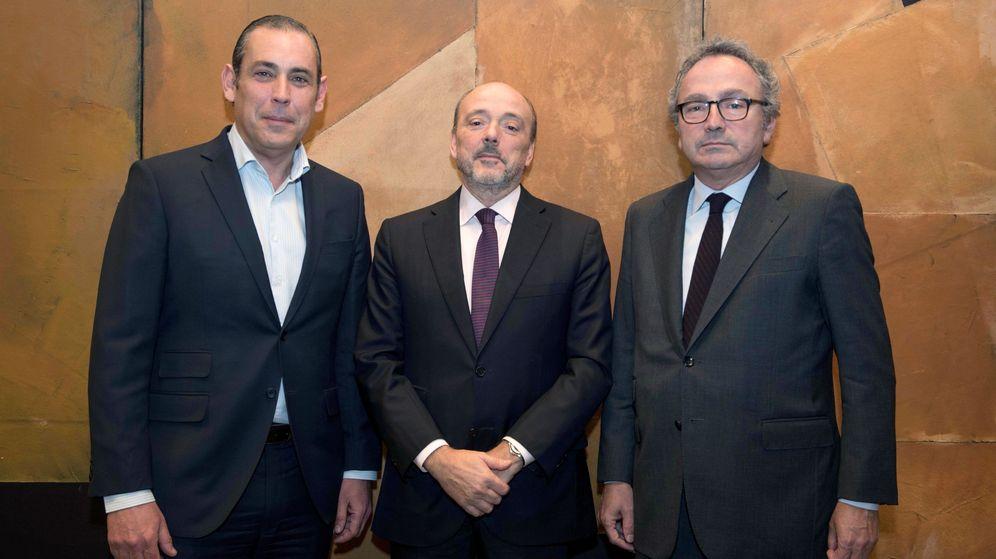 Foto: Fotografía facilitada por Prisa de su expresidente Manuel Polanco (d), el presidente, Javier Monzón (c), y el consejero delegado, Manuel Mirat. (EFE)