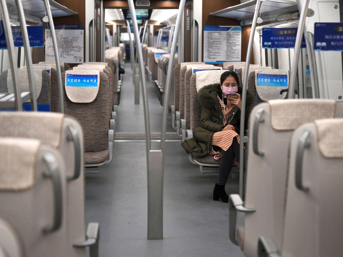 Foto: Una mujer en el metro de Beijing. (Reuters)