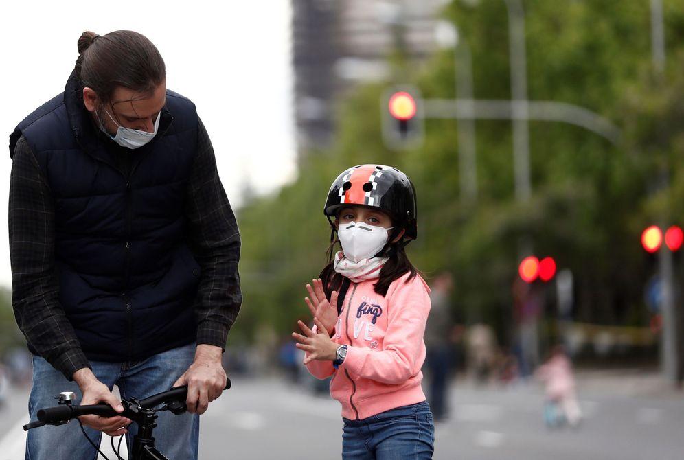 Foto: Un hombre pasea con su hija por el paseo de la Castellana de Madrid, este 16 de mayo. (EFE)