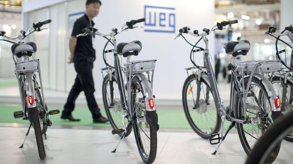 Foto: Un visitante observa una bicicleta eléctrica durante el Salón Latinoamericano del Vehículo Eléctrico. (EFE)