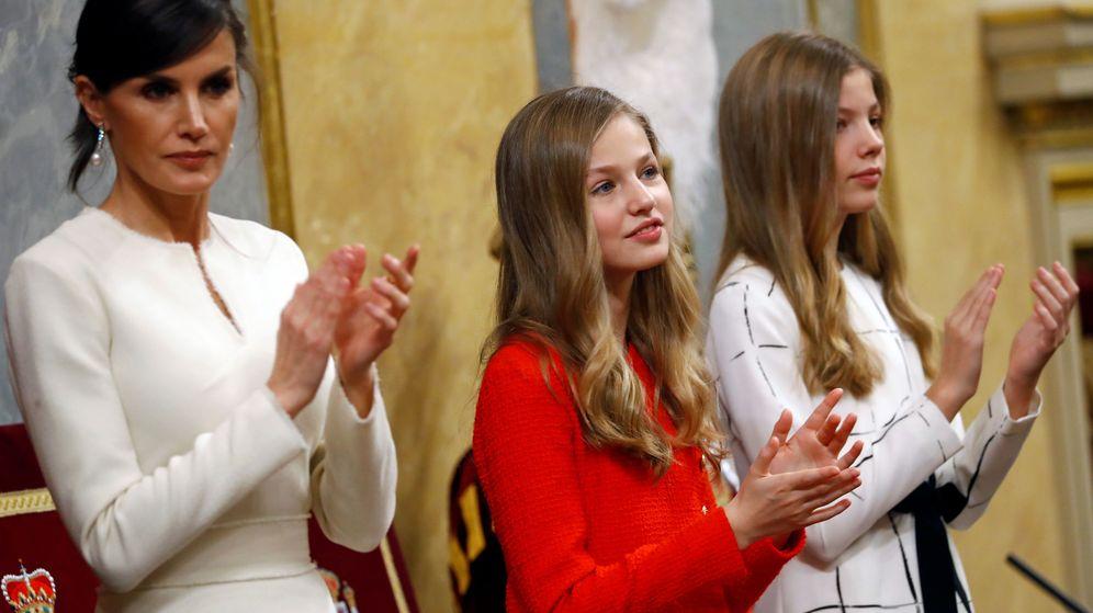 Foto: La reina Letizia, junto a sus hijas, Leonor y Sofía. (Reuters)