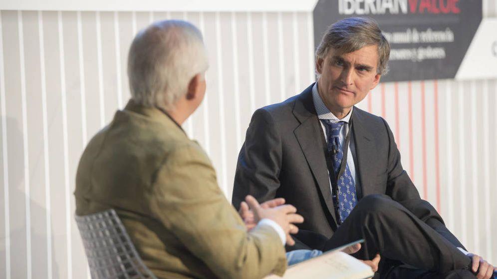 Foto: Alberto Artero,  director general de El Confidencial (i), y Francisco García Paramés (Cobas). (EC)