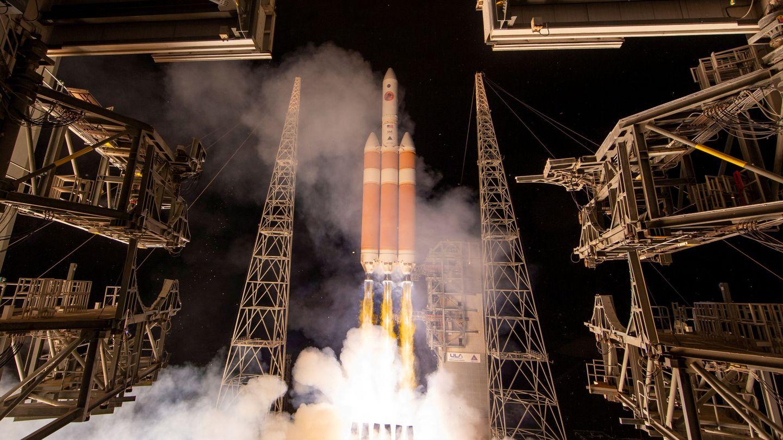La NASA ha lanzado varios observatorios solares en los últimos años. El más reciente, viajando en el cohete sobre estas líneas, la sonda solar Parker
