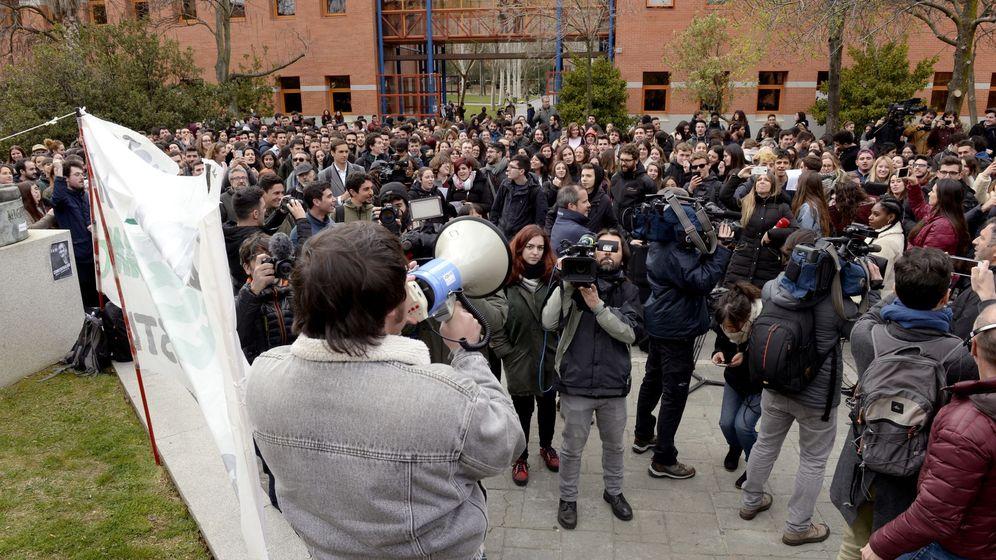 Foto: Cientos de estudiantes se manifiestan en el campus de Vicálvaro de la URJC para solicitar la dimisión de Cifuentes. (EFE)