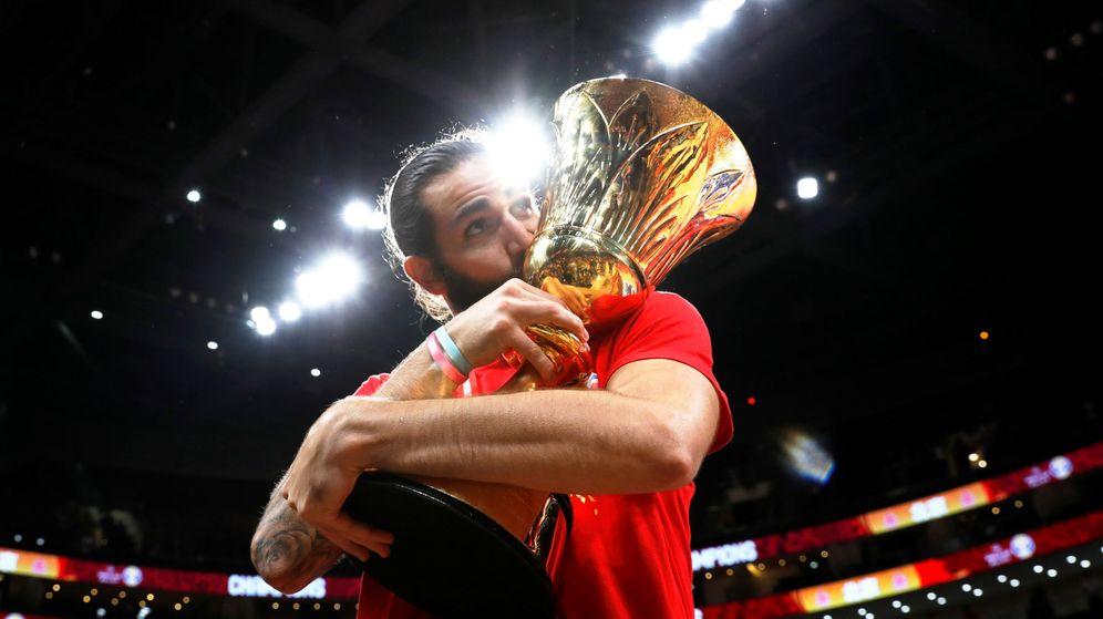 Foto: Ricky Rubio besa el Trofeo Naismith tras la final del Mundial. (Reuters)