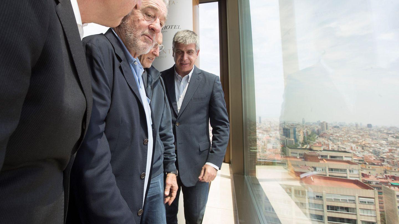 Robert de Niro y Jordi Mestre admirando las vistas de Barcelona desde lo alto del Nobu. (EFE)