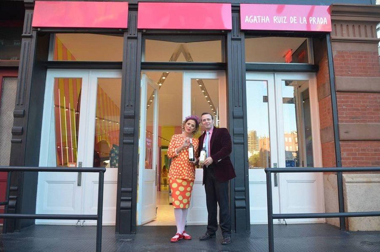 Ágatha, en la fachada de su tienda en el barrio de Tribeca, en Nueva York.