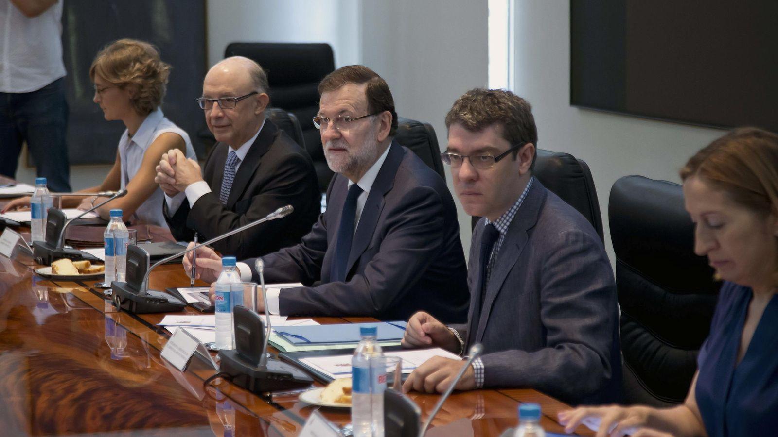 Foto: El director de la Oficina Económica del presidente del Gobierno, Álvaro Nadal (2d), junto a la ministra de Fomento, Ana Pastor (d). (EFE)