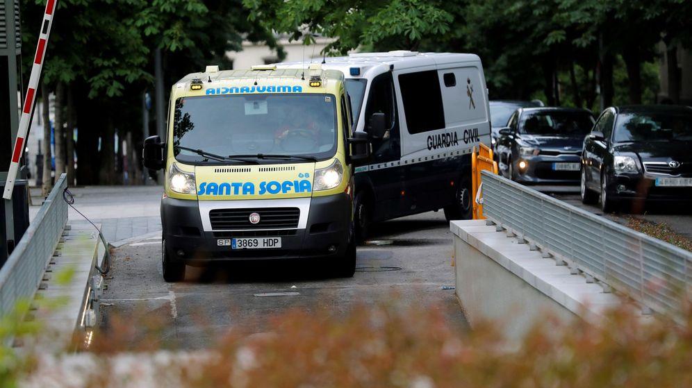 Foto: Un furgón de la Guardia Civil y una ambulancia a su llegada a la Audiencia Nacional. (EFE)