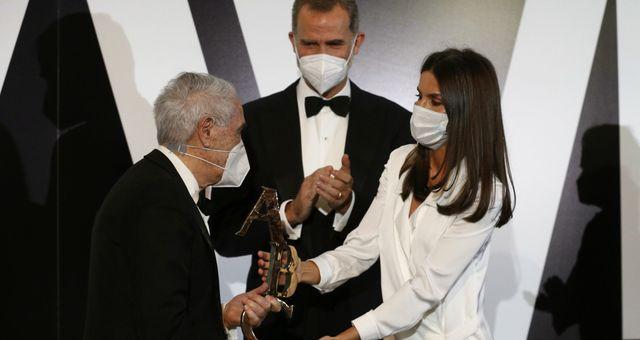 Los Reyes entregan a José María Carrascal el galardón 'Premio Luca de Tena'. (EFE)