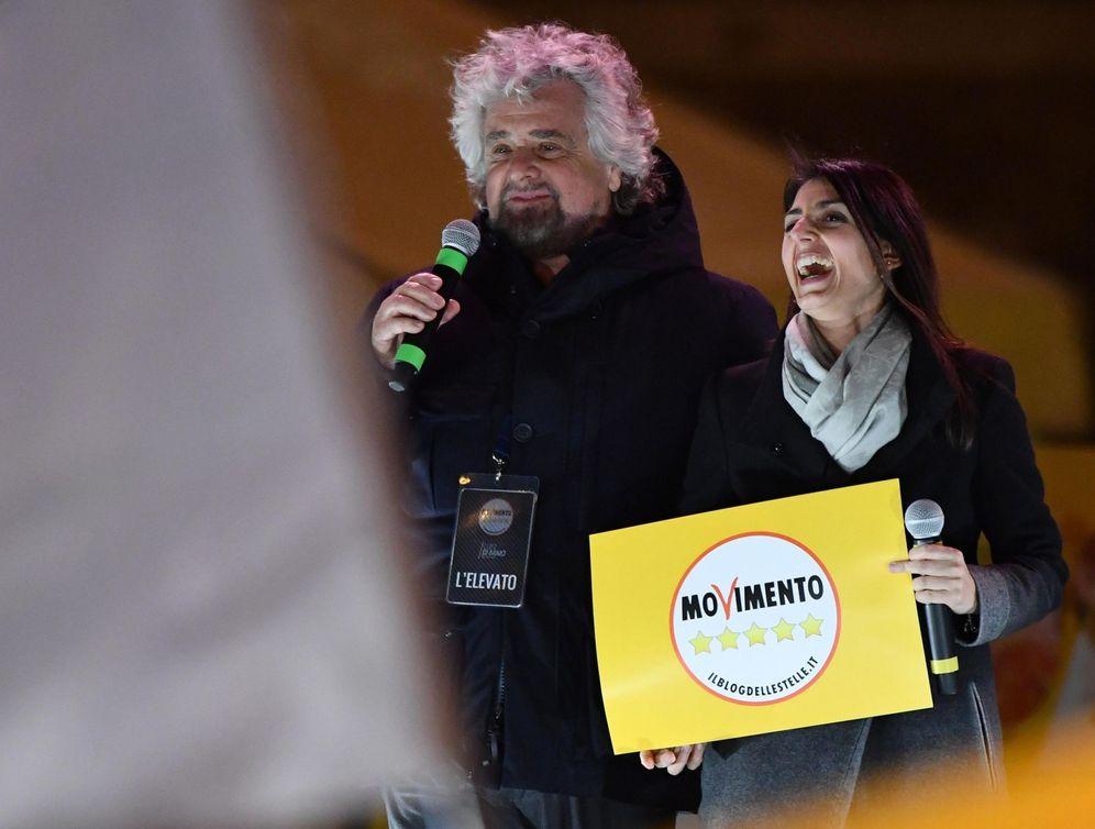 Foto: La alcaldesa de Roma, Virginia Raggi, y el cómico y político Beppe Grillo participan en el acto de clausura de la campaña electoral del partido M5S en Roma. (EFE)