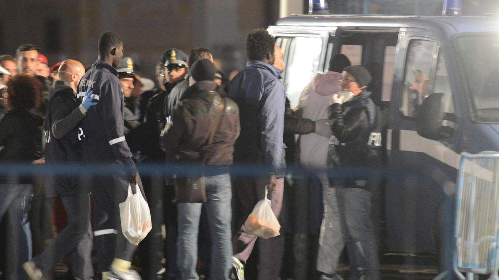 Foto: Supervivientes del naufragio llegan al puerto de Catania. (Efe)