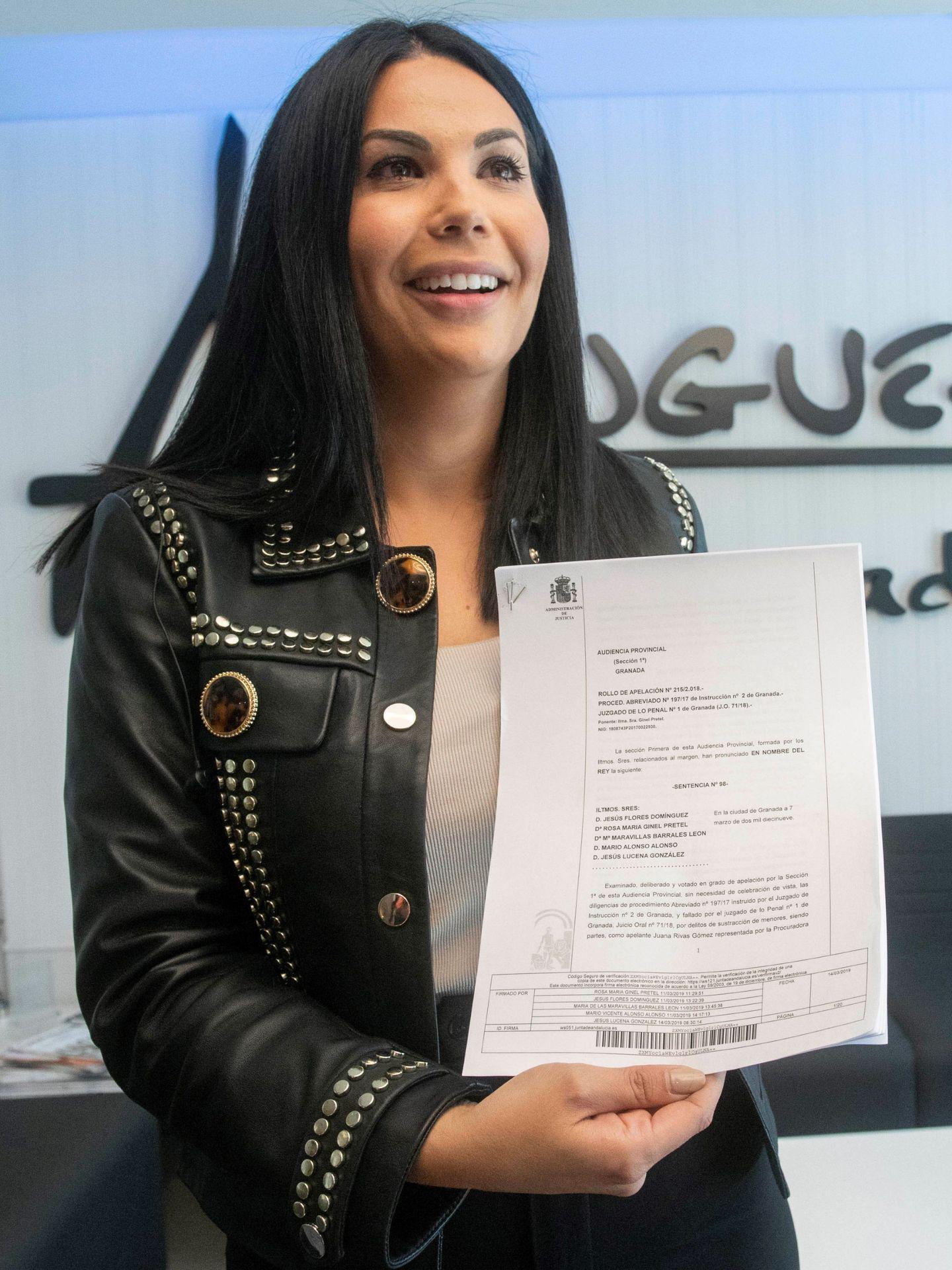 La letrada Maite Pozo muestra la sentencia que condena a Juana Rivas