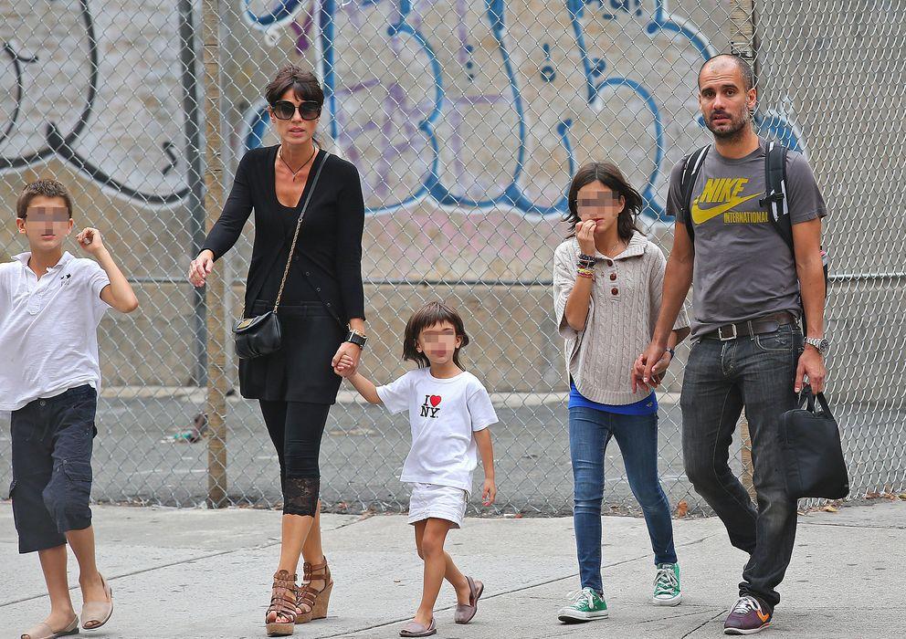 Foto: Pep Guardiola junto a su mujer y sus tres hijos en Nueva York en 2012. (I.C.)