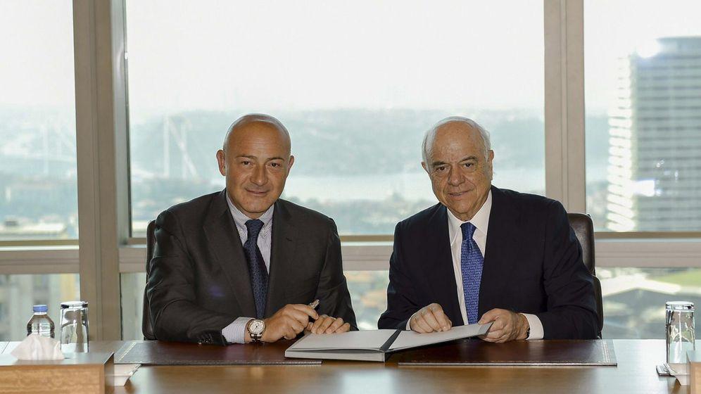 Foto: Ferit Sahenk, presidente de Garanti y Dogus, con Francisco González, presidente de BBVA. (Efe)