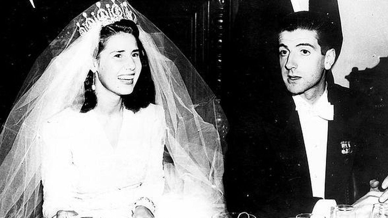 La duquesa de Alba y Luis Martínez de Irujo el día de su boda. (EFE)