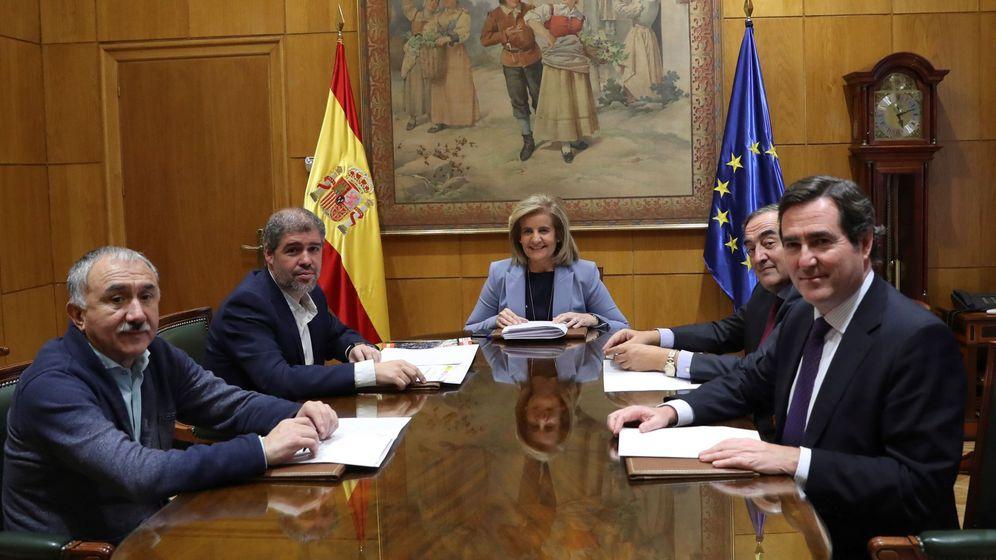 Foto: Los responsables de los sindicatos y las patronales, en una reunión con la ministra de Empleo, Fátima Báñez. (EFE)