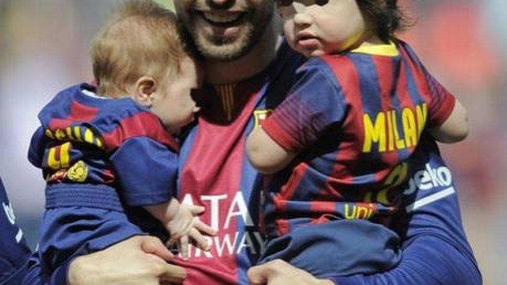 Gerard Piqué junto a sus dos mitos, los pequeños Sasha y Milan