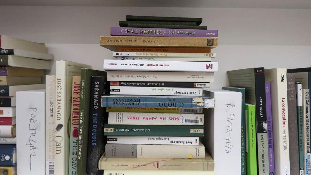 Foto: Vista de varios libros de la colección disponible en la 'Biblioteca del Exilio'. La instalación del artista y escritor inglés Edmund van Waal, ubicada en el Museo Británico, contiene 2.000 libros de autor.