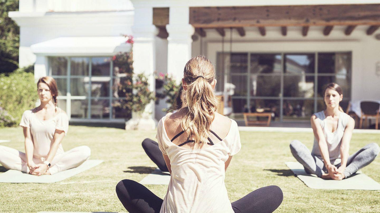 Un plan de pilates o yoga en medio de la naturaleza. (Cortesía Marbella Club)