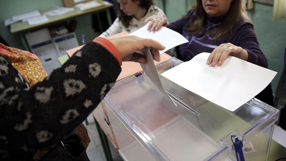 Foto: Una mujer deposita su voto en la urna. (Efe)