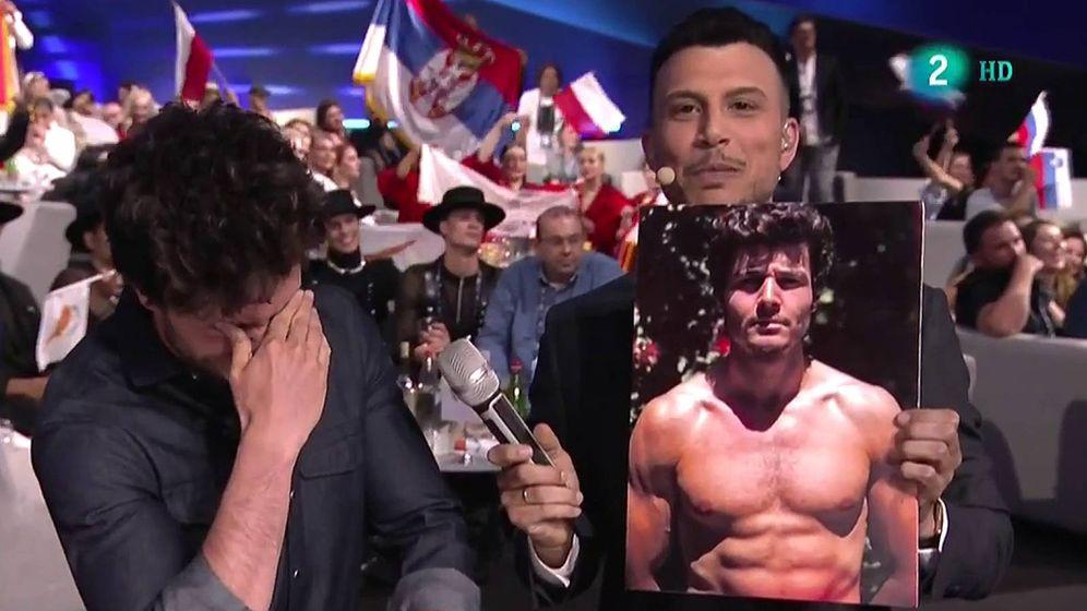 Foto: El presentador muestra a Miki una fotografía de sus abdominales. (RTVE)
