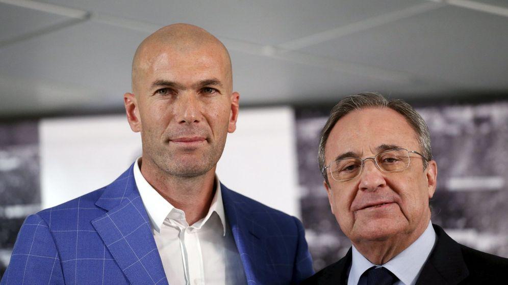 Foto: Zidane y Florentino Pérez, en el palco del estadio Santiago Bernabéu. (Reuters)