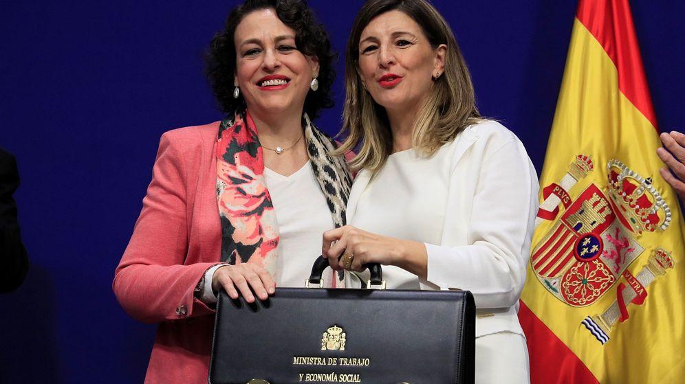 Foto: La nueva ministra de Trabajo, Yolanda Díaz (d), con su antecesora en el cargo, Magdalena Valerio. (EFE)