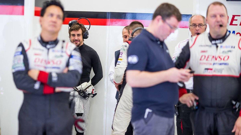 Fernando Alonso en el box de Toyota del WEC. (Foto: FIAWEC)