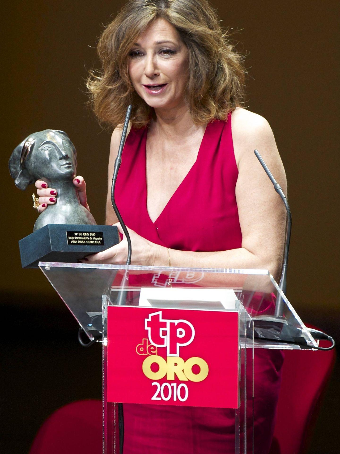 Ana Rosa Quintana recogiendo un premio en febrero de 2010, meses antes de su enfermedad. (Getty)