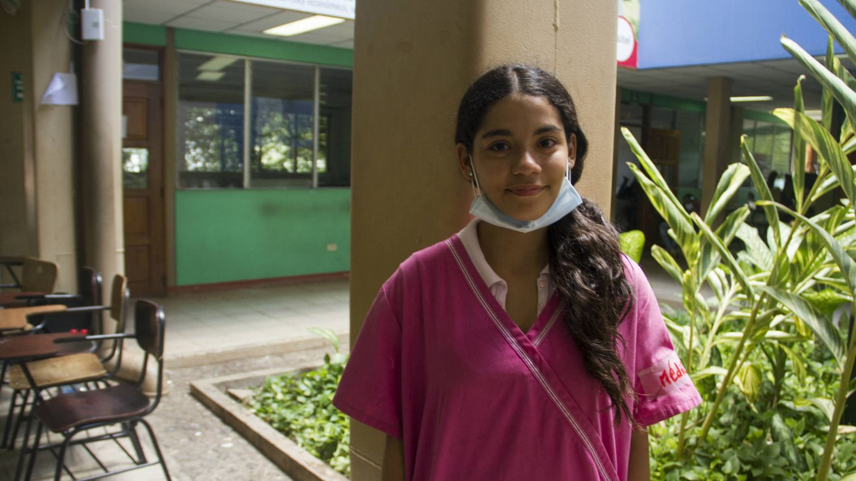 Michelle Arista, estudiante de Medicina, colabora en la enfermería de la Upoli. (H. Estepa)