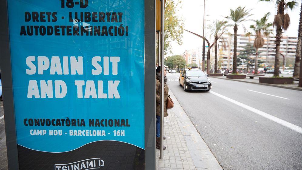 Foto: Publicidad de Tsunami Democrático, que bajo los lemas Derechos, Libertad, Autodeterminación y Spain sit and talk. (EFE)