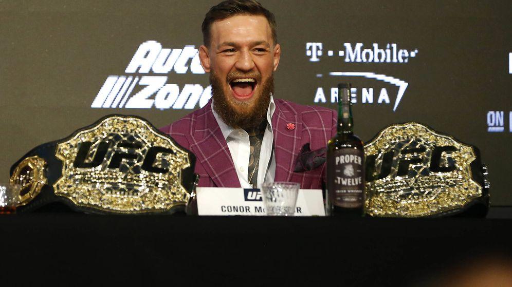 Foto: Conferencia de prensa de Conor McGregor a la que acudió con una botella de su licor. (Reuters)