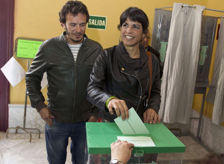 Teresa Rodríguez acude a votar junto a su pareja, José María González 'Kichi'