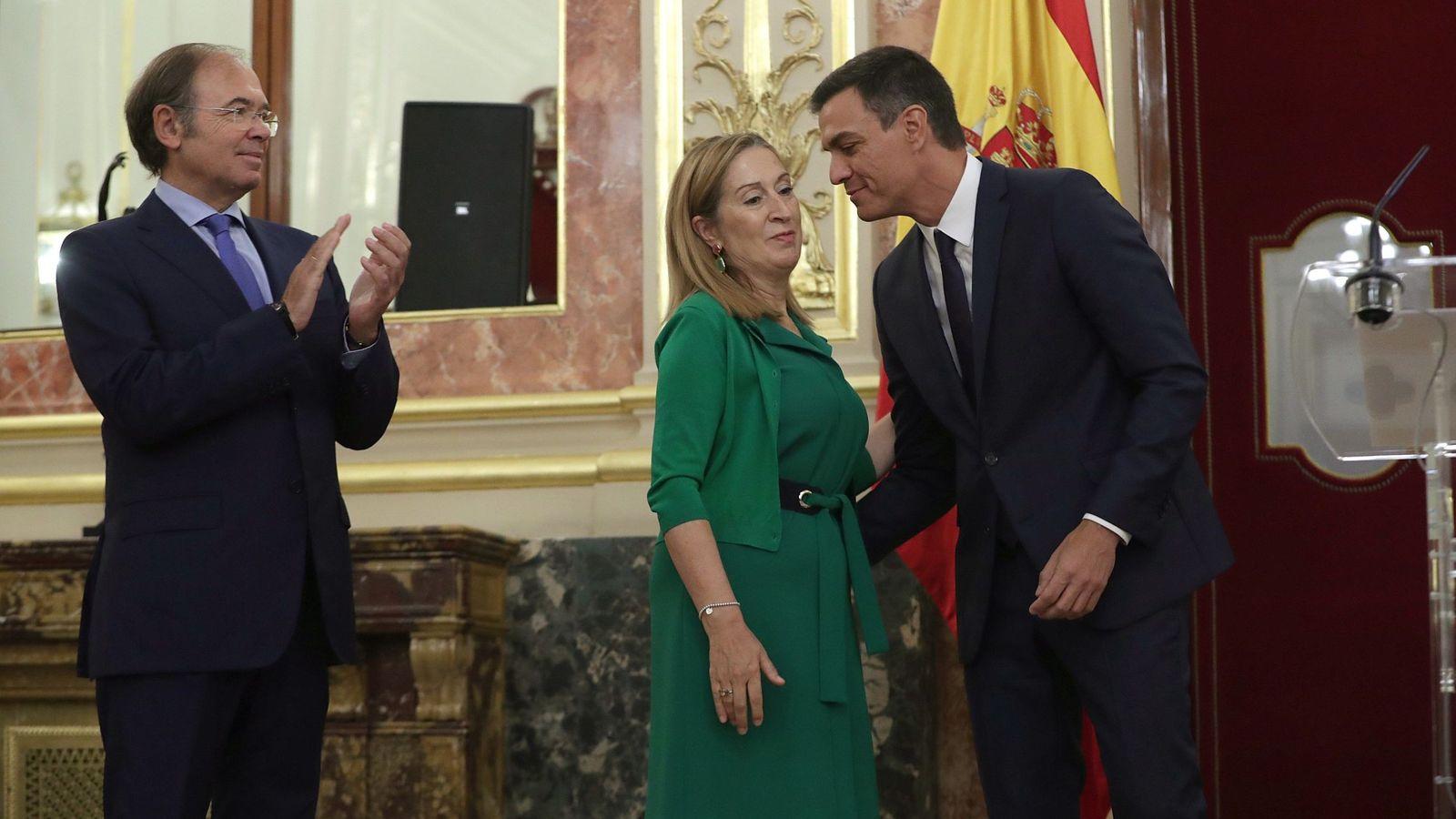 Foto: Pedro Sánchez besa a Ana Pastor ante el presidente del Senado, Pío García-Escudero, el pasado 6 de septiembre. (EFE)