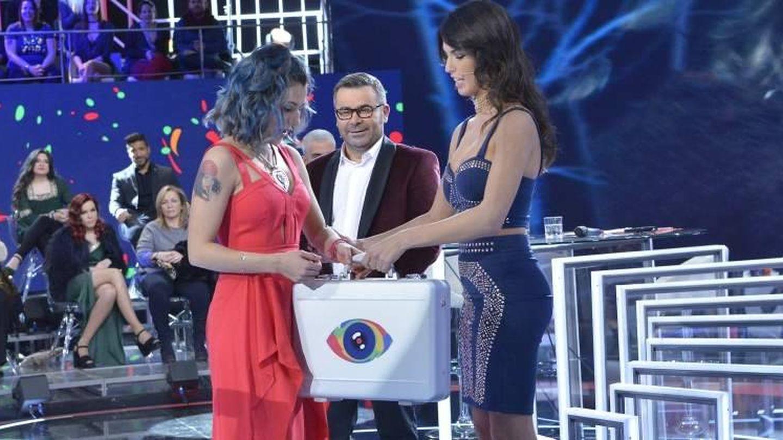 Sofía Suescun le entrega el maletín a Bea. (Mediaset España)