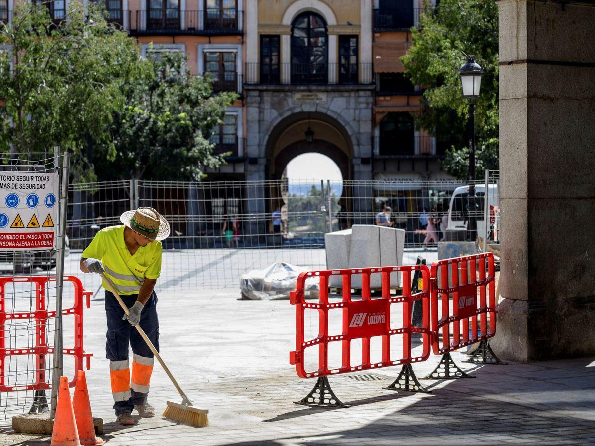 Foto: Un barrendero, en Toledo. (EFE)