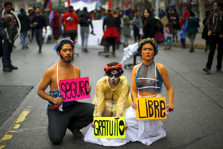 Foto: Miembros de una compañía de teatro durante una manifestación a favor de la legalización del aborto, en Santiago de Chile, el 25 de julio de 2015 (Reuters).
