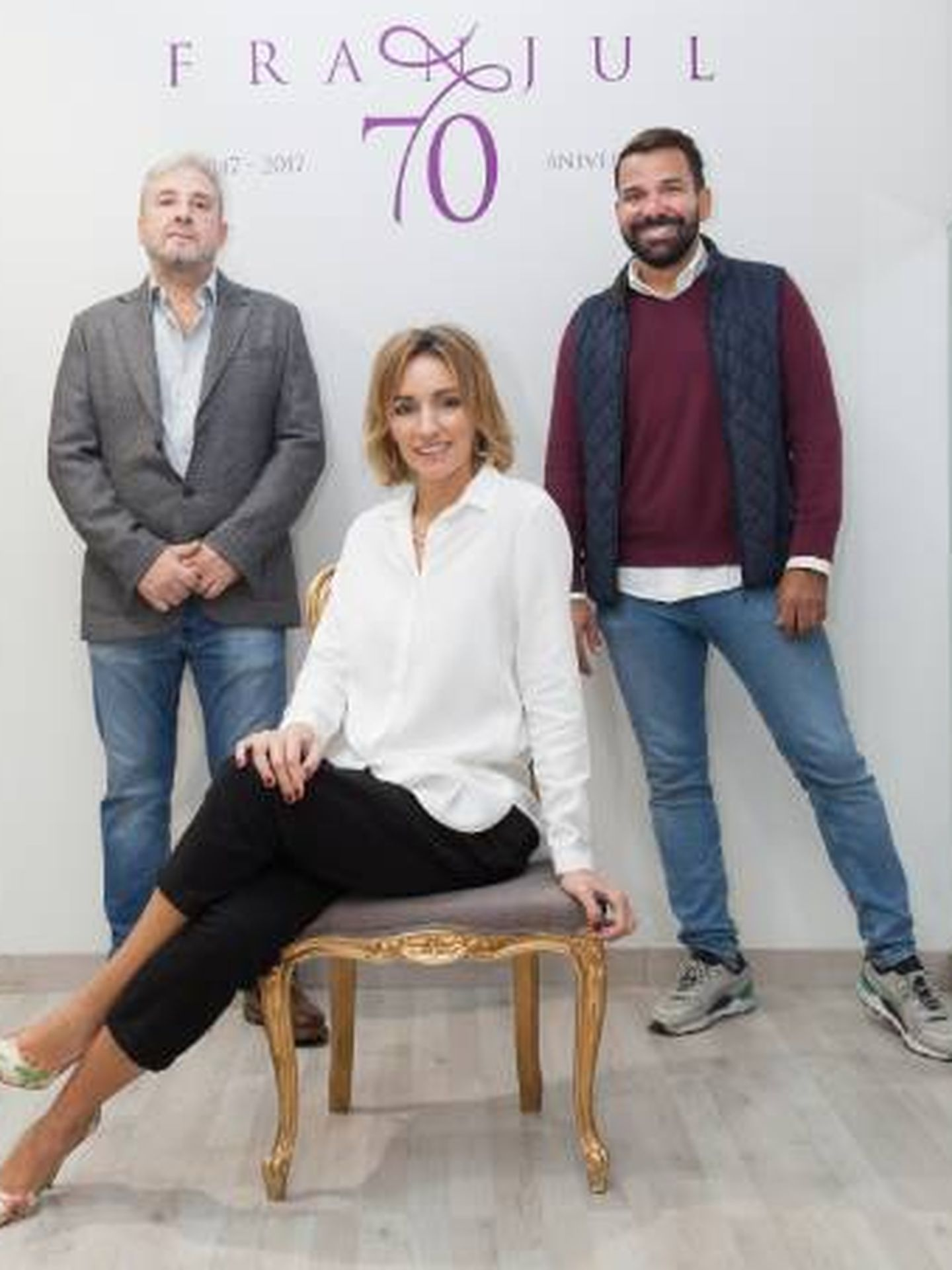 Beatriz Tajuelo junto a Pedro Carrillo, director creativo de calzados Franjul, y Francisco Sánchez, maestro zapatero. (Foto cedida por Nosolounaidea)