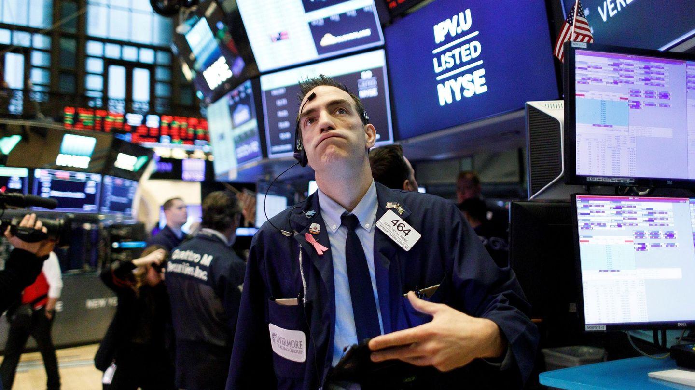 Un operador de Wall Street mira las pantallas de cotización. (Reuters)