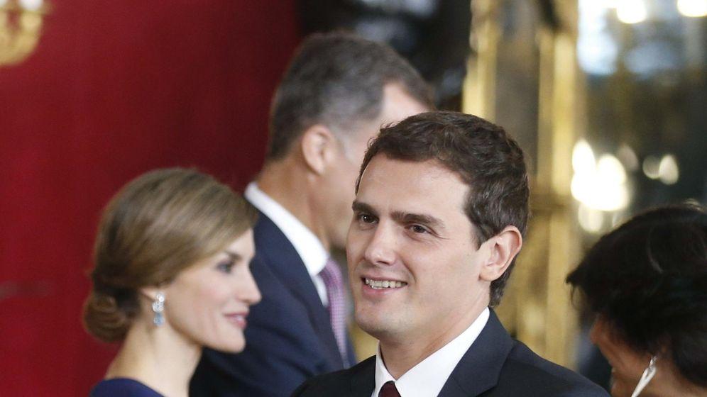 Foto: Los Reyes Fel¡pe y Letizia saludaron ayer al presidente de Ciudadanos, Albert Rivera, durante la recepción en el Palacio Real. (Efe)